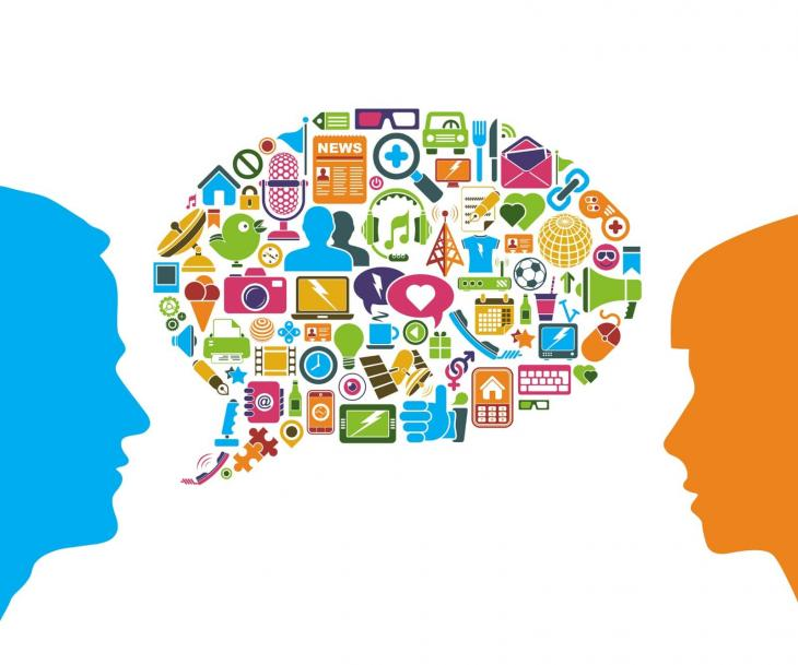 2 personnes qui parlent